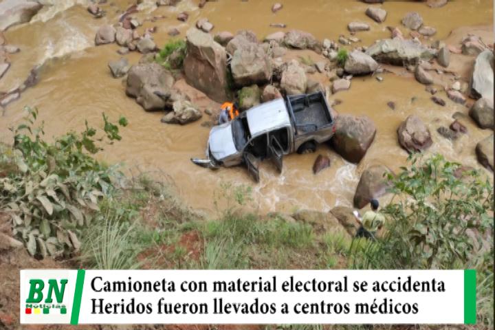 Lee más sobre el artículo Camioneta con material electoral de Chuquisaca se accidenta y cae a rio aparentemente por alta velocidad