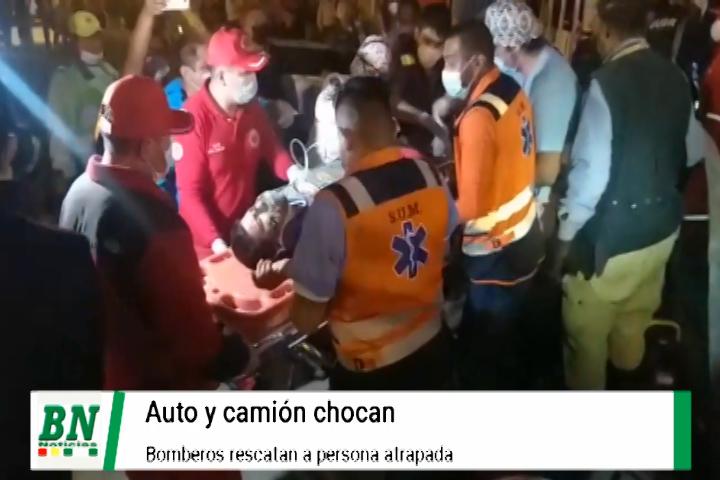 Lee más sobre el artículo Choque entre auto y camión termina con una persona atrapada que los bomberos logran rescatar