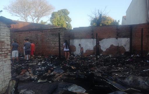 Lee más sobre el artículo Casa se incendia en La Villa 1ro de mayo y lo pierden todo